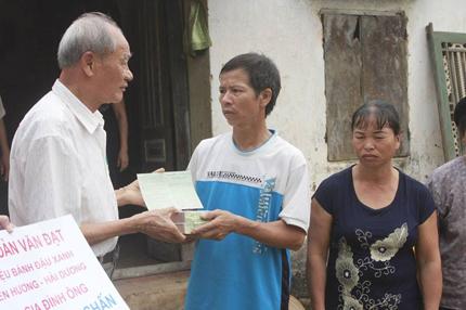 Một người dân tặng ông Nguyễn Thanh Chấn 100 triệu đồng  1