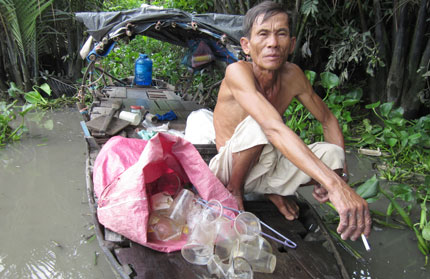 Những nghề kỳ quái trên sông Sài Gòn: Kiếm cơm ở nơi… hôi nhất  1