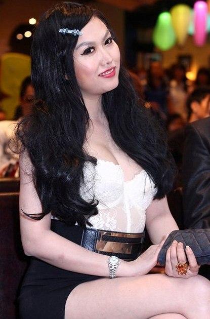 """Bà Tưng bị Phi Thanh Vân """"đánh bật"""" bởi nét quyến rũ sexy 2"""