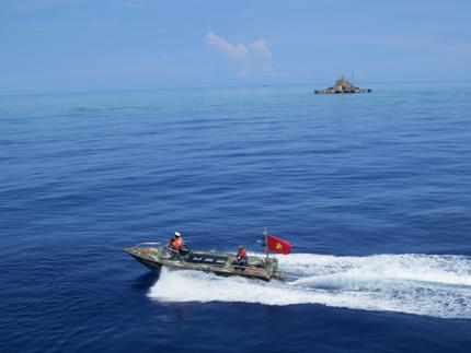 Đoàn công tác Tổng cục DS-KHHGĐ thăm, làm việc tại đảo Song Tử Tây- Trường Sa: Thắm tình quân dân 1