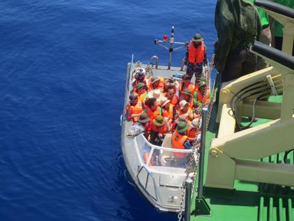 Đoàn công tác Tổng cục DS-KHHGĐ thăm, làm việc tại đảo Song Tử Tây- Trường Sa: Thắm tình quân dân 2