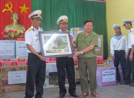 Đoàn công tác Tổng cục DS-KHHGĐ thăm, làm việc tại đảo Song Tử Tây- Trường Sa: Thắm tình quân dân 3