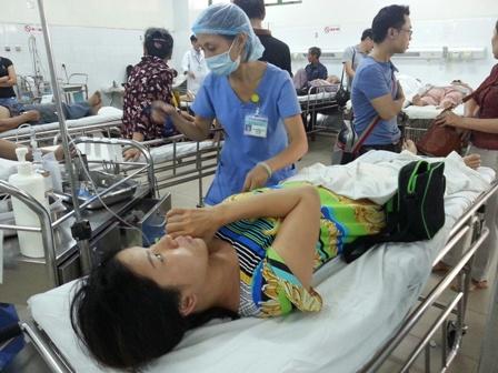 Nhiều người nhập viện sau khi ăn cơm, mỳ gà 1