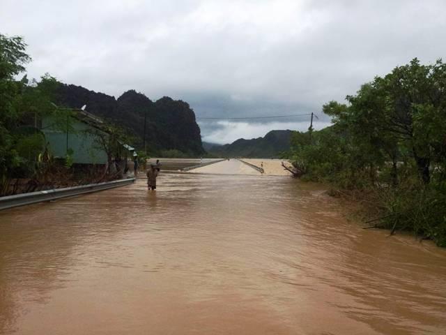Nước lũ đang nhấn chìm Quảng Bình 2