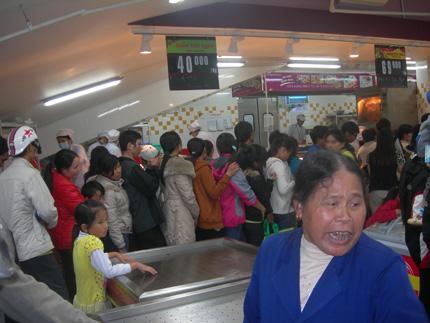 Nhà nhà lũ lượt kéo nhau đi xếp hàng dài mua gà quay 1
