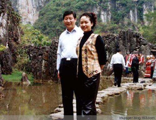 Ông Tập và bà Bành chụp ảnh kỷ niệm trong một lần đi du lịch.