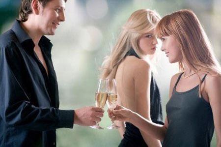 Để chồng thêm oai, Liên đã thuê dăm cô gái cặp kè với chồng mình (Ảnh minh họa).