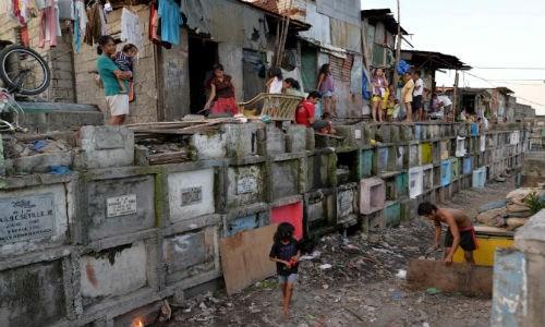 Cảnh sinh hoạt của người dân sống trong nghĩa trang ở thành phố Navotas, Thủ đô Manila, Philippines ngày 29/10/2015.