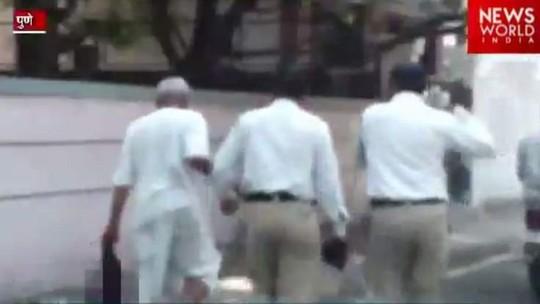 Ramachandra Chavan (bên trái) bị cảnh sát bắt giữ. Ảnh: News World India