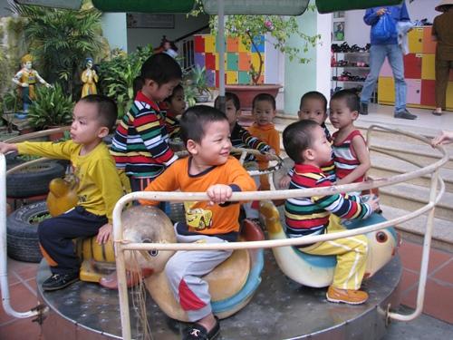 10 đứa trẻ 4-5 tuổitừng bị bán sang Trung Quốc, hiện được nuôi dưỡngởTrung tâm bảo trợ trẻ em có hoàn cảnh đặc biệt tỉnh Quảng Ninh. Ảnh:Minh Cương.