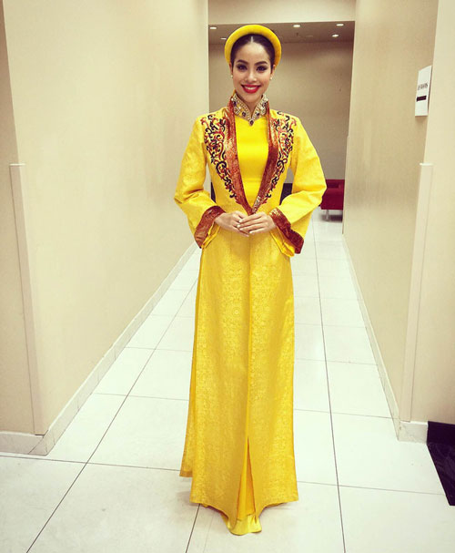 Bộ áo dài Phạm Hương sử dụng trong khi biểu diễn Dạ cổ hoài lang do NTK Nhật Dũng và NTk Thuận Việt hỗ trợ.