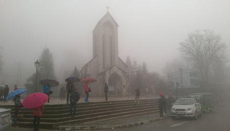 Thị trấn Sa Pa chìm trong sương mù và rét lạnh (ảnh chụp sáng ngày 27/11) - Ảnh: Hồng thảo