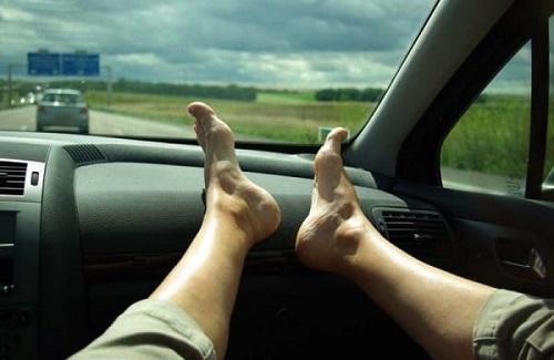 Không thắt dây an toàn vàgácchân lên phía trước xe có thể khiến bạn bị chấn thương nghiêm trọng hơnkhi gặp sự cố.Ảnh:Driving.