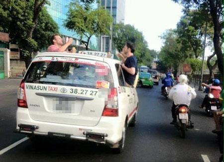 Hình ảnh 3 vị khách nước ngoài ngồi cửa taxi thò đầu ra trên nóc để nhậu khiến nhiều người bất bình