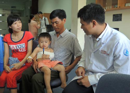 Trẻ liệt tay do tổn thương đám rối thần kinh nếu phẫu thuật từ 3 tháng đến trước 12 tháng tuổi thì khả năng phục hồi sau phẫu thuật có thể lên đến 80%. Ảnh:L.P