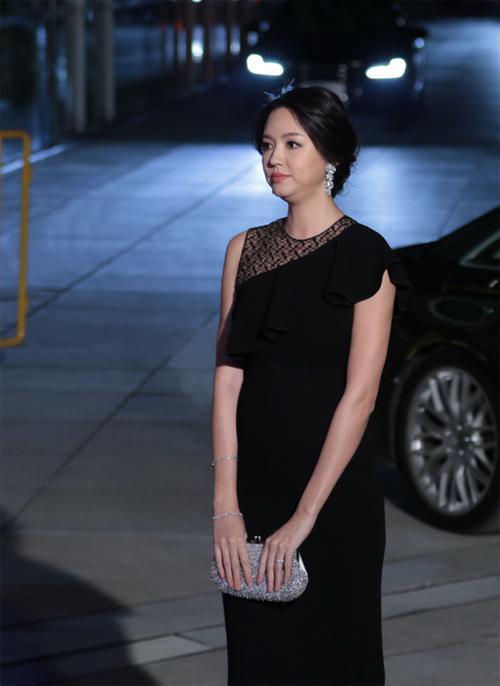 Dù có bầu nhưng Trương Tử Lâm vẫn chạy show sự kiện. Hôm 30/12, cô xuất hiện tại một hoạt động ở Thượng Hải. Trong chiếc váy điệu đà, Hoa hậu Thế giới khoe khéo bụng bầu đã nhô cao rõ rệt. Mang thai 3 tháng, Tử Lâm cũng mập lên trông thấy.