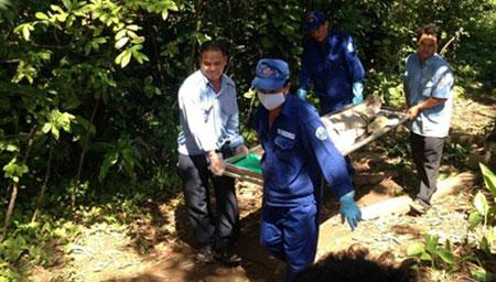 Thi thể nạn nhân được đưa về nhà xác.