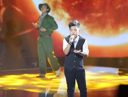 Tiến Quang khiến người xem xúc động khi trình diễn ca khúc Mẹ trên sân khấu The Voice Kids.