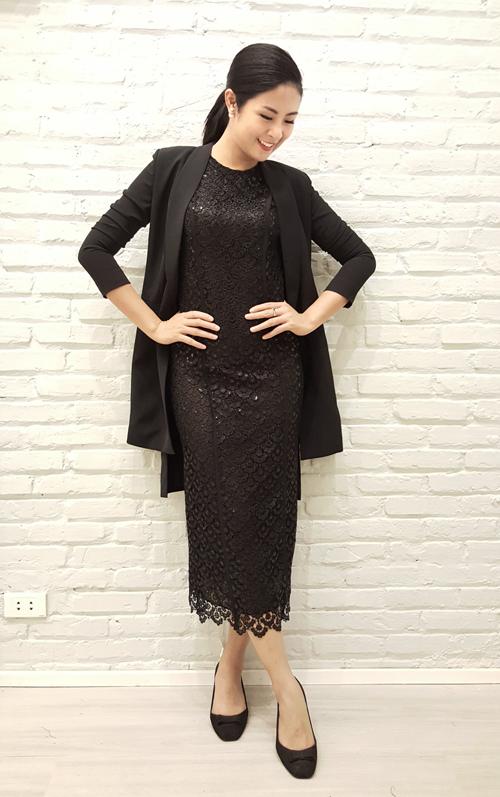 Hoa hậu Ngọc Hân cũng tới thử đồ và chọn mua một số trang phục cô yêu thích.