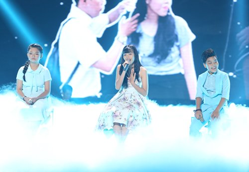 Thảo Hồ góp giọng hỗ trợ 2 thí sinh đội Dương Khắc Linh với ca khúc Con mãi khắc ghi.