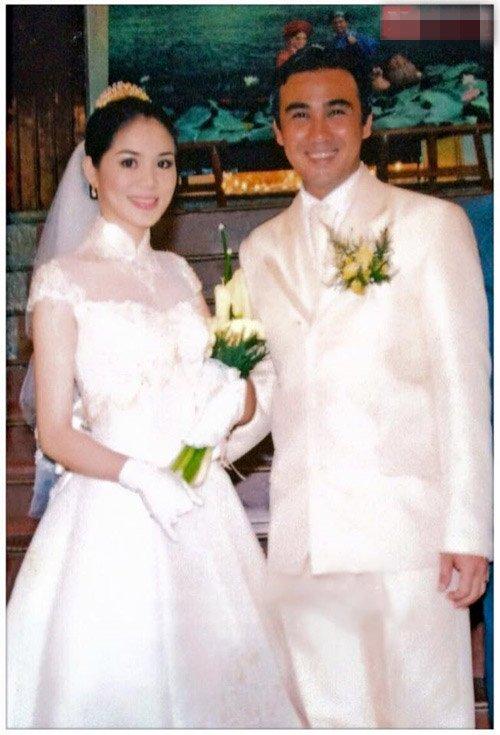 Diễn viên Quyền Linh và vợ Dạ Thảo trong ngày cưới. Hiện cặp đôi đang có cuộc sống rất yên bình và hạnh phúc bên hai công chúa xinh xắn
