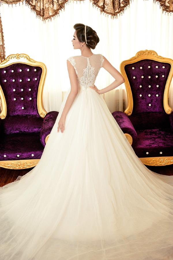 Trong bộ ảnh thời trang mới, Á hậu Lệ Hằng khoe vóc dáng kiêu sa và quyến rũvới trang phục váy cưới lộng lẫy được thiết kế bằng chất liệu ren đính đá cầu kỳ.