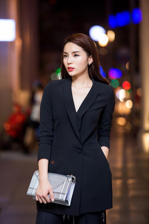 Đây là bộ cánh mà nhà thiết kế Adrian Anh Tuấn chọn lựa để giúp nhan sắc Nam Định tạo nét phá cách về style ăn mặc.