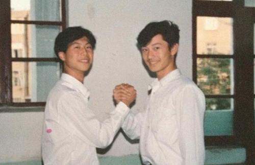 Hiểu Minh (phải) thời trung học. Năm 19 tuổi, chàng trai thi đỗ Học viện Điện ảnh Bắc Kinh. Năm thứ hai đại học, anh đóng quảng cáo đầu tiên. Lúc này, chàng sinh viên được chú ý bởi vẻ điển trai, thư sinh.