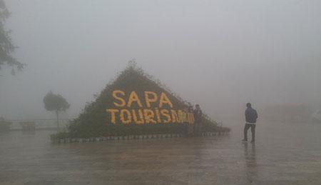 Du khách tham qua chụp ảnh trong sương mù và rét lạnh - Ảnh: Hồng thảo