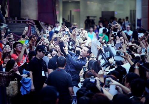 Hugh Jackman trong vòng vây người hâm mộ ở Hong Kong khi tới đây ra mắt phim Pan vào cuối tháng 9. Ảnh: Nick M.