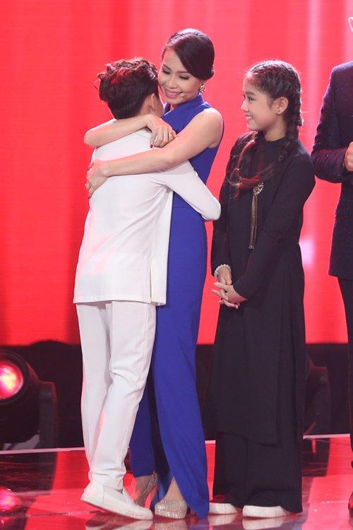 Chị Tư ôm chặt và chúc mừngtrò cưng khi Công Quốc được xướng tên bước vào đêm chung kết.