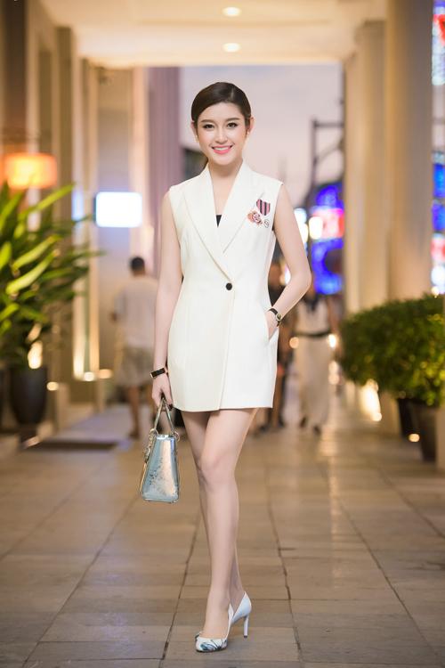 Á hậu Huyền Mychơi trội với set hàng hiệu lên tới hàng trăm triệu đồng. Vest, giày, túi xách của cô đều là của một thương hiệu danh hiệu.