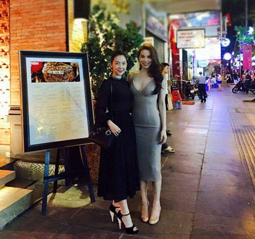 Linh Nga có mặt cùng Hồ Ngọc Hà trong ngày khai trương cửa hàng của Tuấn Moon tại Tp.HCM