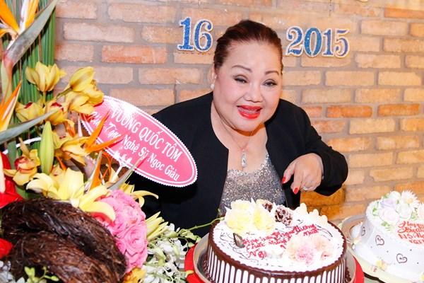 NSND Ngọc Giàu bên chiếc bánh kem của Hoa hậu Phạm Hương