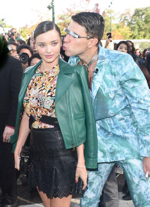 Anh chàng gây rối nổi tiếng trên các thảm đỏ lập tức chu môi hôn má Miranda.
