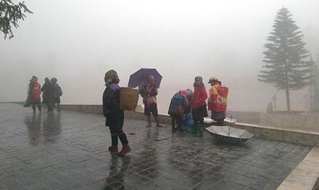 Sa Pa rét lạnh và sương mù giăng kín, đứng cách ra nhau vài mét đã không nhìn rõ - Ảnh: Hồng Thảo