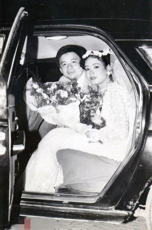 Nghệ sĩ Chiều Xuân kết hôn cùng nhạc sĩ Đỗ Hồng Quân năm 1987. Khi đó, chị mới 20 tuổi và đang là sinh viên khoa diễn viên của trường Sân khấu Điện ảnh
