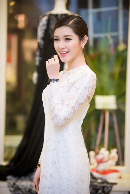 Người đẹp còn thay đầm ren trắng dịu dàngkhác của Adrian Anh Tuấn trong chương trình.
