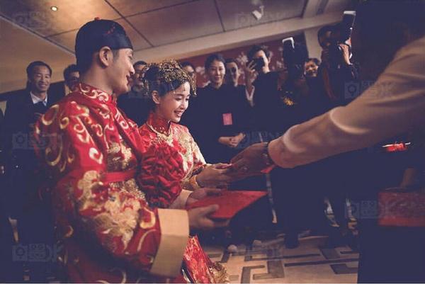 Các nghi thức cơ bản trong lễ rước dâu được thực hiện: Lạy tạ, dâng trà cho phụ mẫu của cô dâu và nhận lì xì.