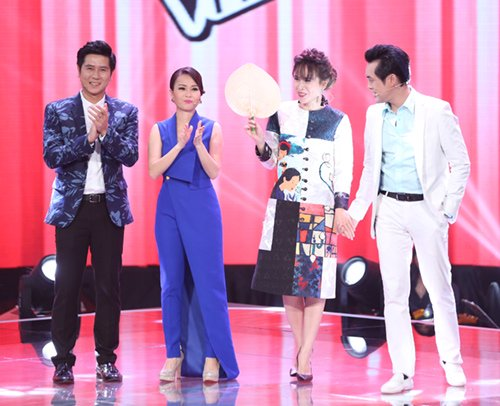 Vợ chồng Lưu Hương Giang, Hồ Hoài Anh bất ngờ hoán đổi vị trí đứng cạnhCẩm Ly, Dương Khắc Linhkhi xuất hiện trên sân khấu.