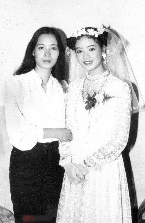 Vì rất yêu thích phong cách tiểu thư nên trong ngày cưới, nữ diễn viên đã nhờ chị gái mình làm tóc và trang điểm theo ý thích