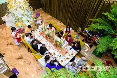 Những người thân của Ông hoàng nhạc Việt vui vẻ dùng bữa trên bàn tiệc lớn