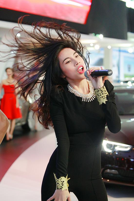Thuỷ Tiên hát sung, lắc tóc rối tung.