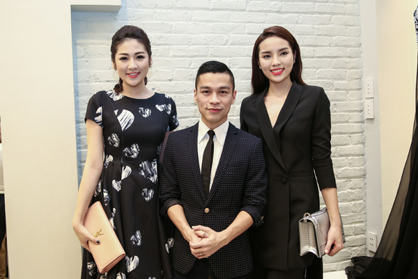 Tú Anh và Kỳ Duyên chúc mừng nhà thiết kế Adrian Anh Tuấn.