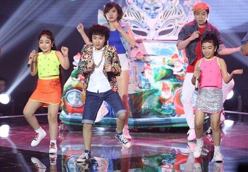 Cậu bé tóc xù Hoàng Anh xuất hiện trên sân khấu hỗ trợ 2 thí sinh trong đội Giang - Hồ với liên khúcBóng mây qua thềm, Taxi, Bay.