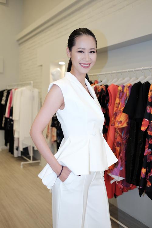 Hoa hậu Dương Thuỳ Linh rạng rỡ trong bộ đồtrắng.