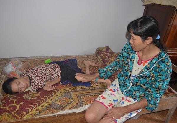 Cô Oánh và chị gái bị bệnh não liệt cả người 40 năm qua