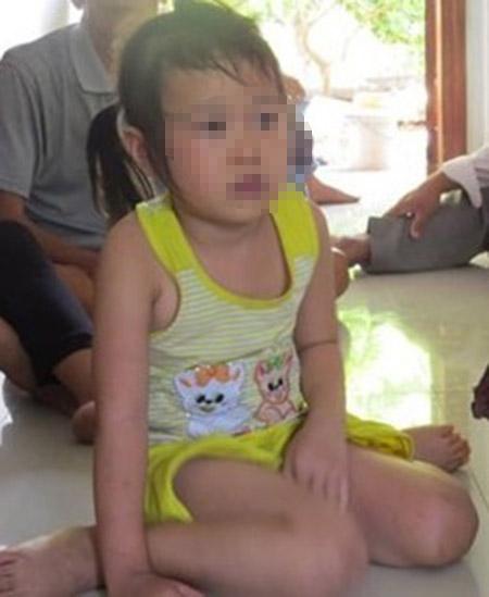 Bé Huỳnh Kim Ngọc Thảo trở về trong vòng tay của gia đình.