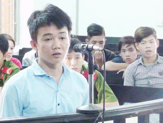 Bị cáo Nguyễn Văn Dũng trước vành móng ngựa sáng 21/9. Ảnh Đ.H