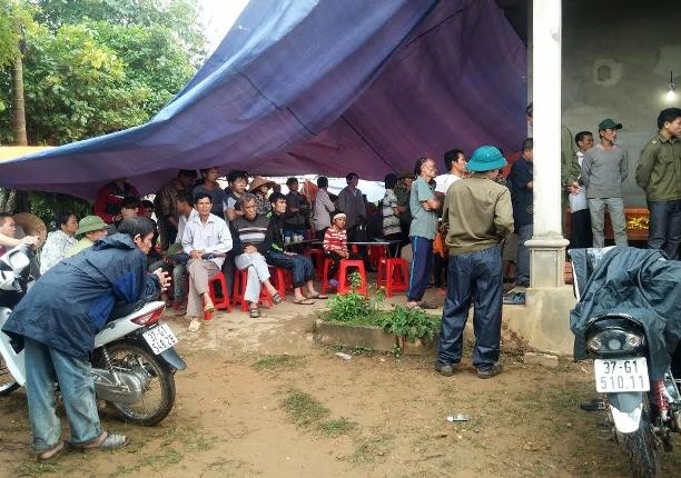 Người làng Khe Bồng đến chia sẻ nỗi đau mất con với gia đình nạn nhân Duyên